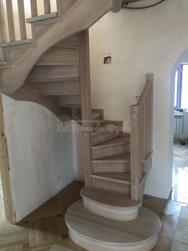 Винтовая лестница из дуба (фото 6)