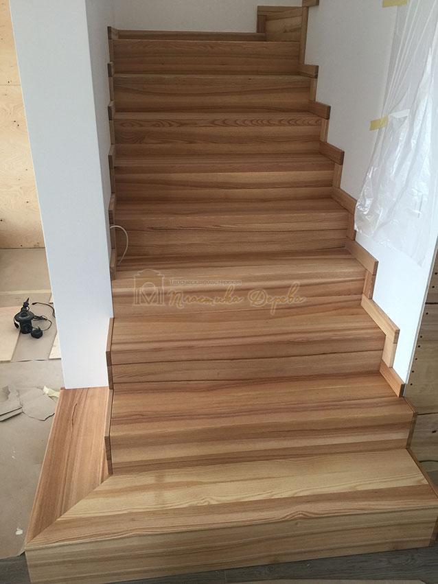 Лестница из ясеня со ступеньками без свеса (фото 2)