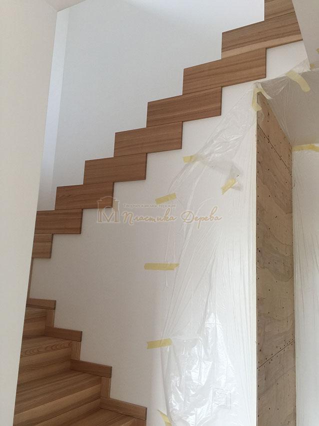 Лестница из ясеня со ступеньками без свеса (фото 3)