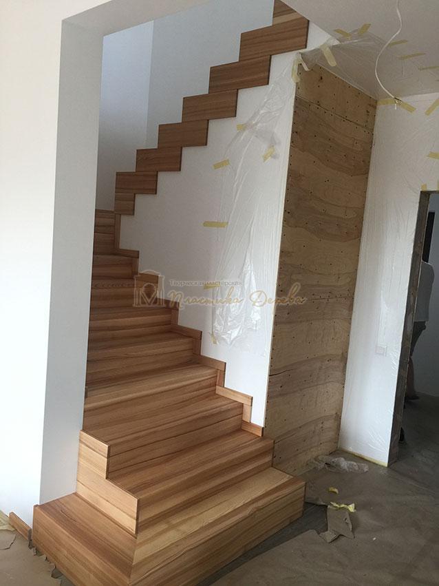 Лестница из ясеня со ступеньками без свеса (фото 4)