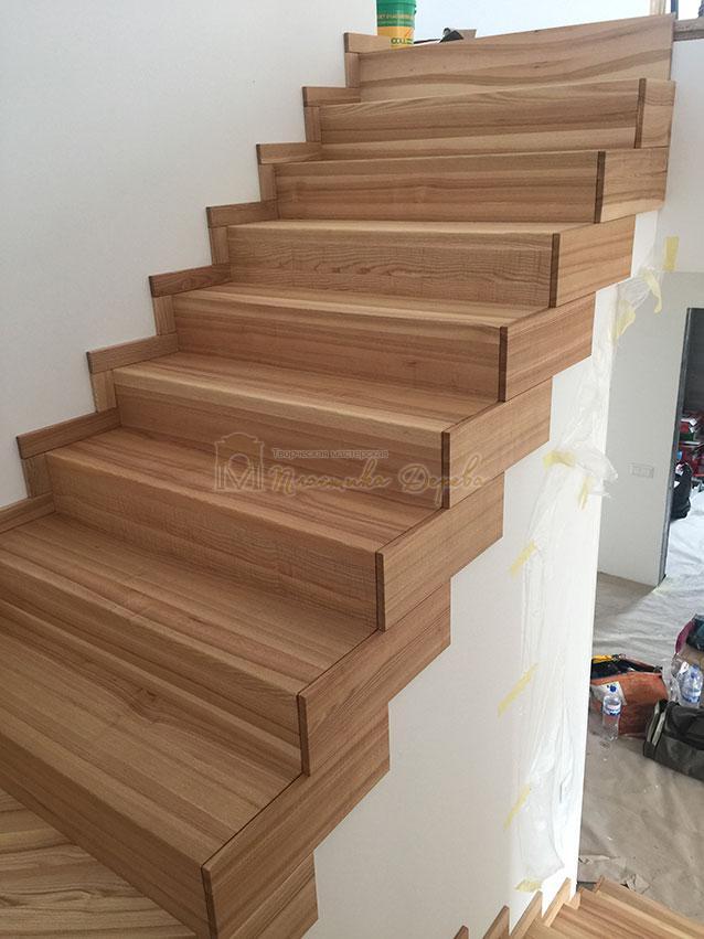 Лестница из ясеня со ступеньками без свеса (фото 5)