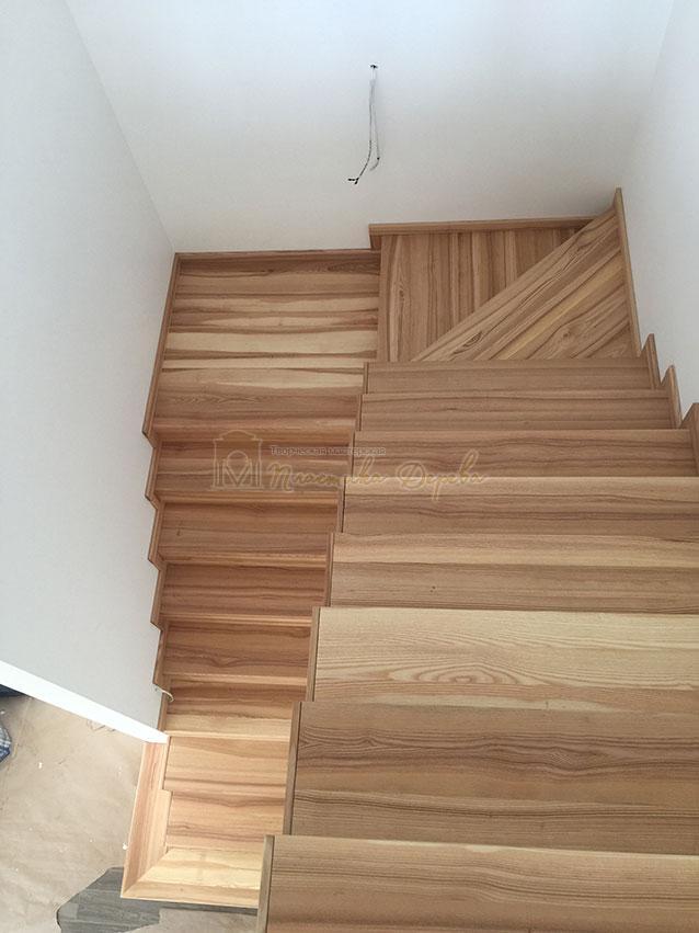 Лестница из ясеня со ступеньками без свеса (фото 7)