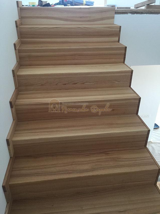 Лестница из ясеня со ступеньками без свеса (фото 9)