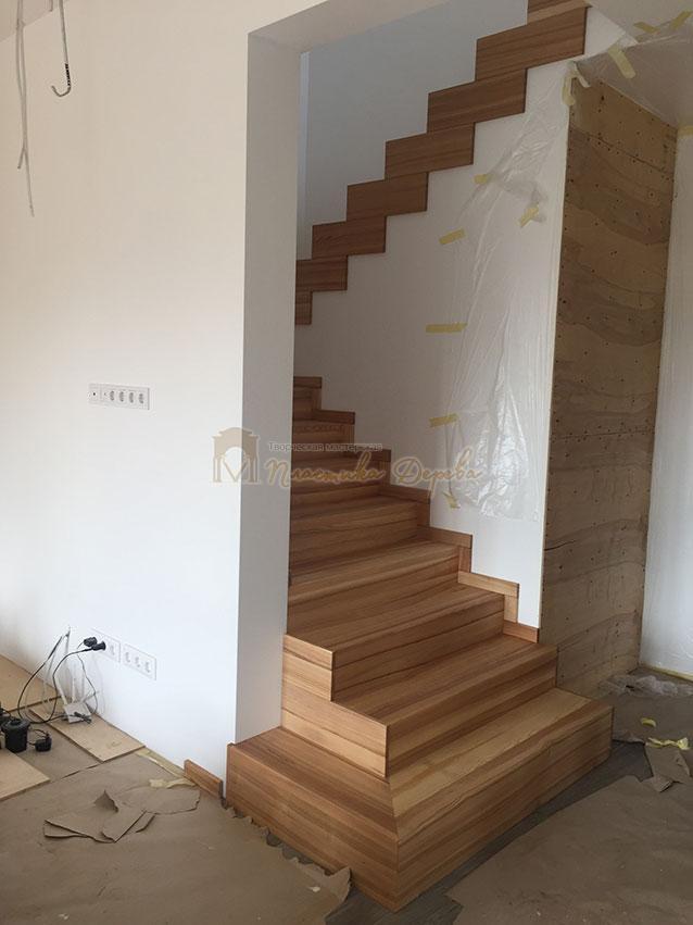 Лестница из ясеня со ступеньками без свеса (фото 11)