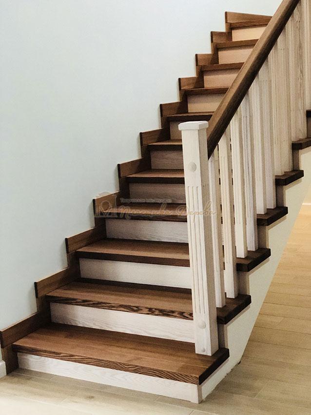 Лестница в комбинации морёного и белёсого ясеня (фото 1)