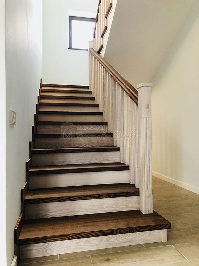 Лестница в комбинации морёного и белёсого ясеня (фото 2)