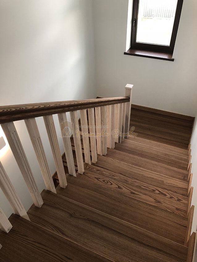 Лестница в комбинации морёного и белёсого ясеня (фото 3)