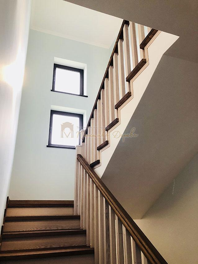 Лестница в комбинации морёного и белёсого ясеня (фото 4)
