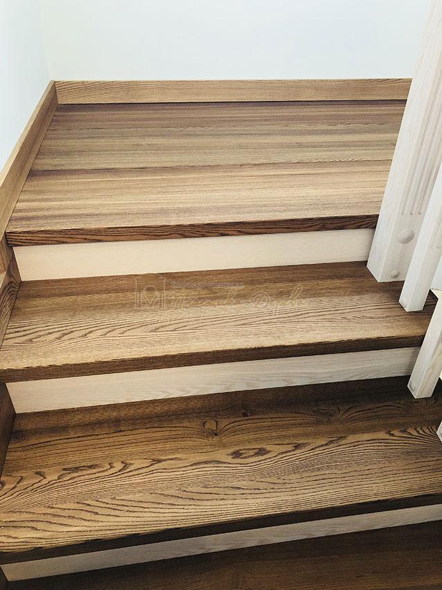 Лестница в комбинации морёного и белёсого ясеня (фото 5)