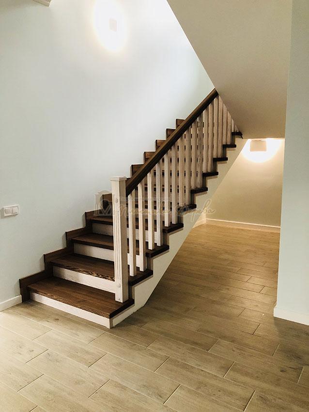 Лестница в комбинации морёного и белёсого ясеня (фото 7)
