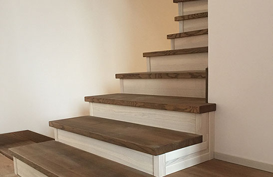 Лестница с белёсыми подступеньками (превью)