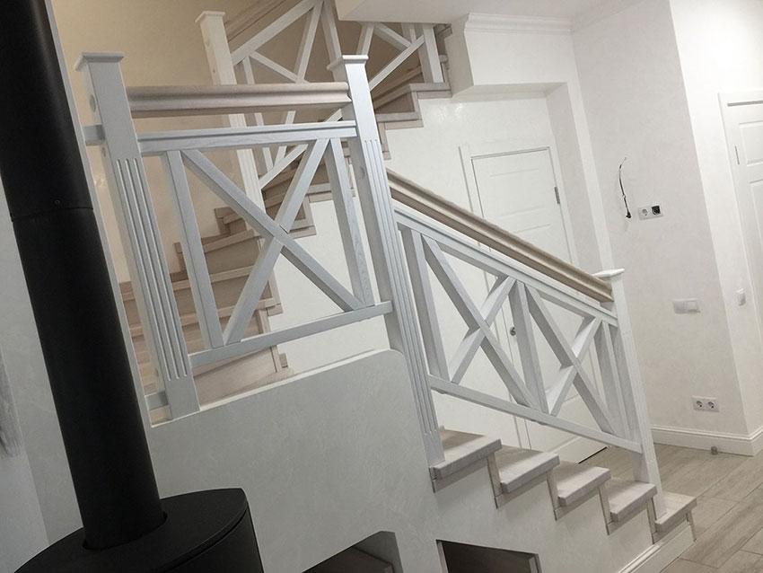 Лестница с перилами (фото)