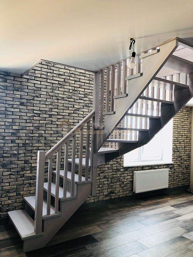 Деревянная лестница без опорного столба (фото 1)