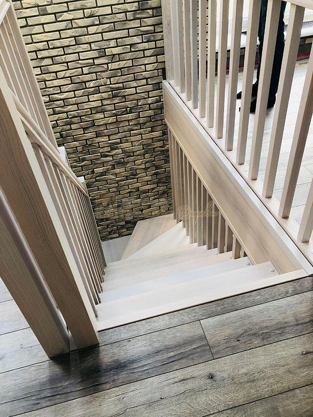 Деревянная лестница без опорного столба (фото 10)