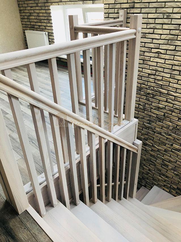 Деревянная лестница без опорного столба (фото 11)