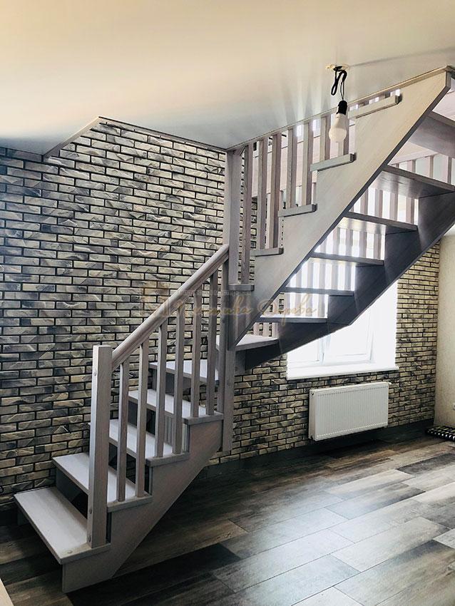 Деревянная лестница без опорного столба (фото 12)