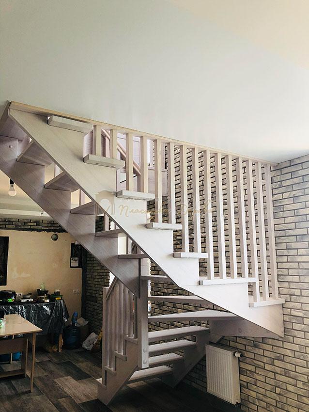 Деревянная лестница без опорного столба (фото 2)