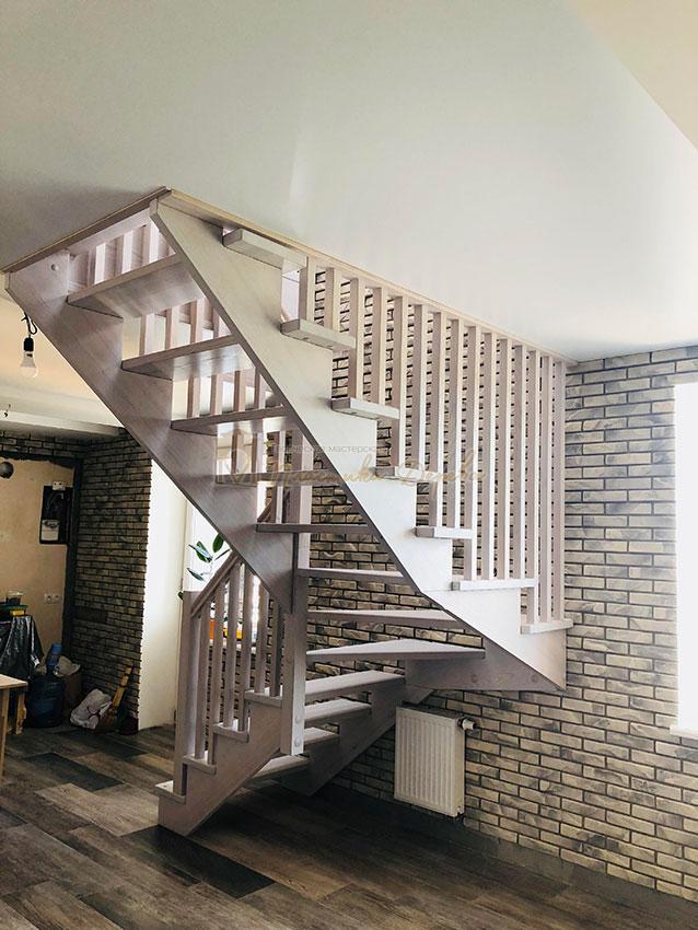Деревянная лестница без опорного столба (фото 3)
