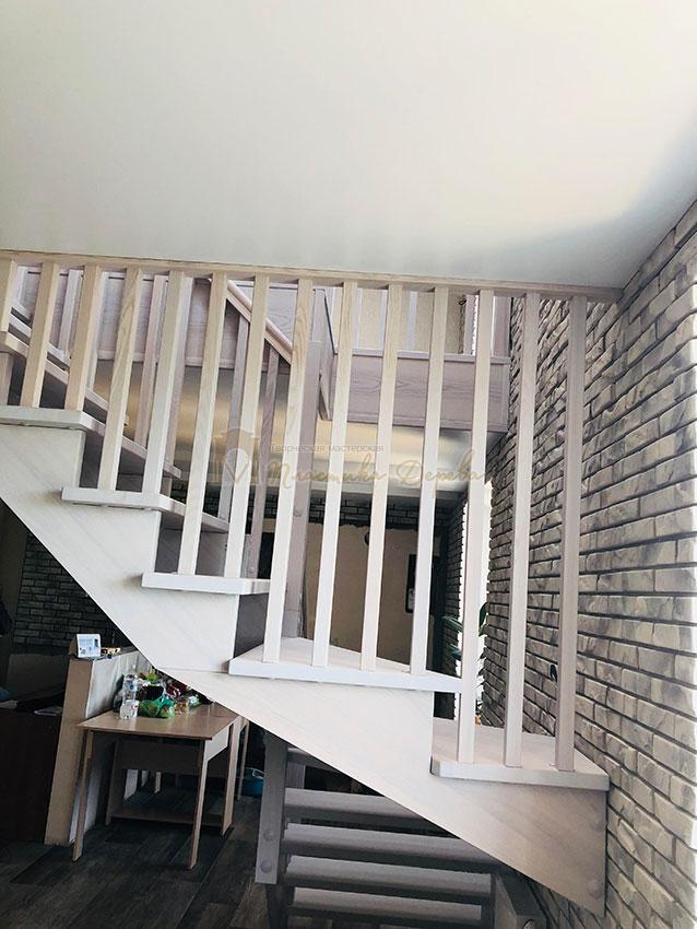 Деревянная лестница без опорного столба (фото 4)