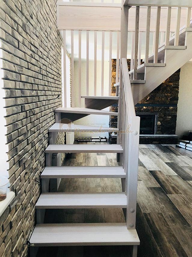 Деревянная лестница без опорного столба (фото 5)