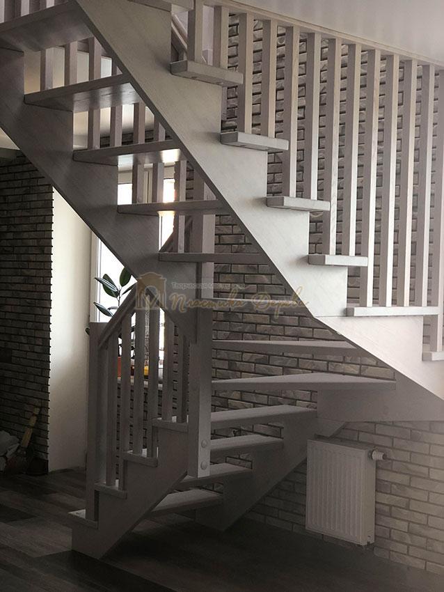 Деревянная лестница без опорного столба (фото 8)