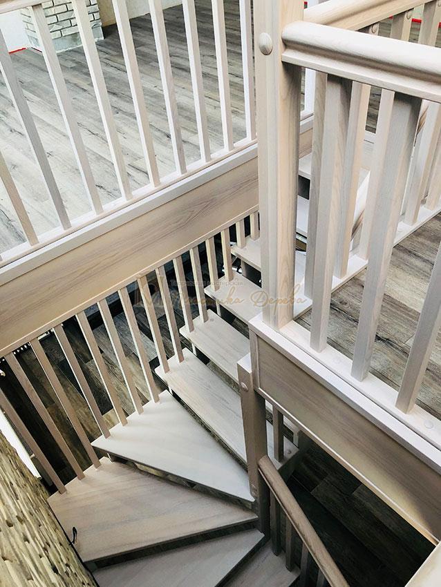 Деревянная лестница без опорного столба (фото 9)
