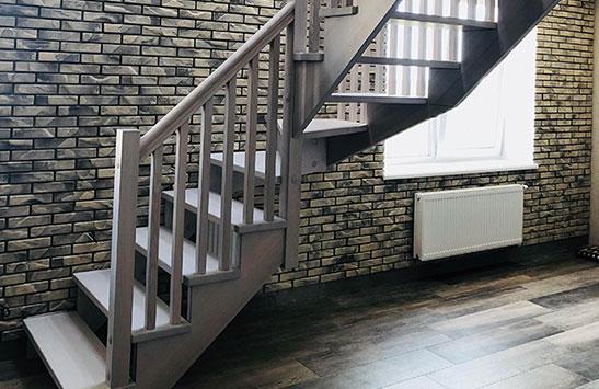Деревянная лестница без опорного столба (превью)