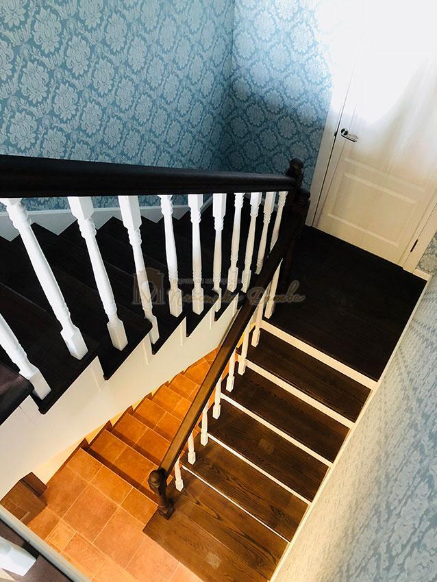 Деревянная лестница с подступеньками из МДФ (фото 1)