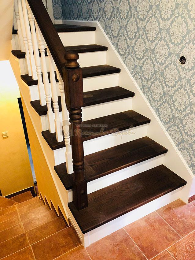 Деревянная лестница с подступеньками из МДФ (фото 9)