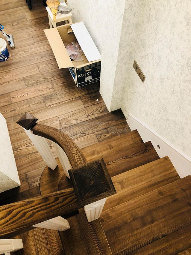 Обшивка металлических конструкций лестницы деревом (фото 1)