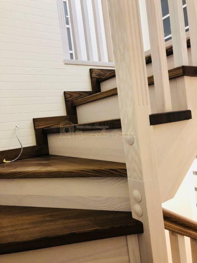Деревянная лестница с опорным столбом (фото 1)