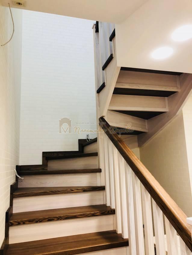 Деревянная лестница с опорным столбом (фото 2)