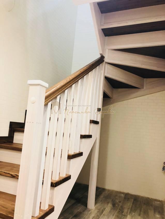 Деревянная лестница с опорным столбом (фото 3)