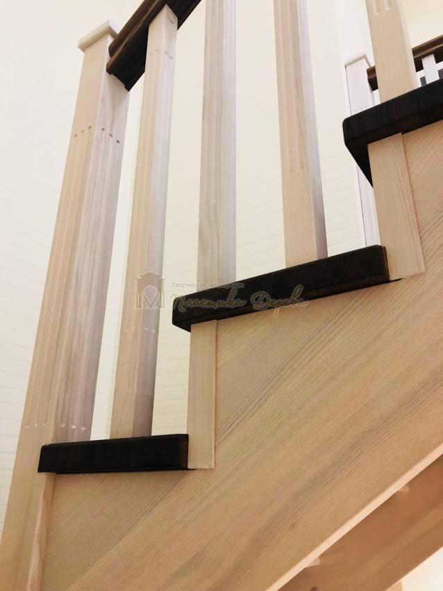 Деревянная лестница с опорным столбом (фото 4)