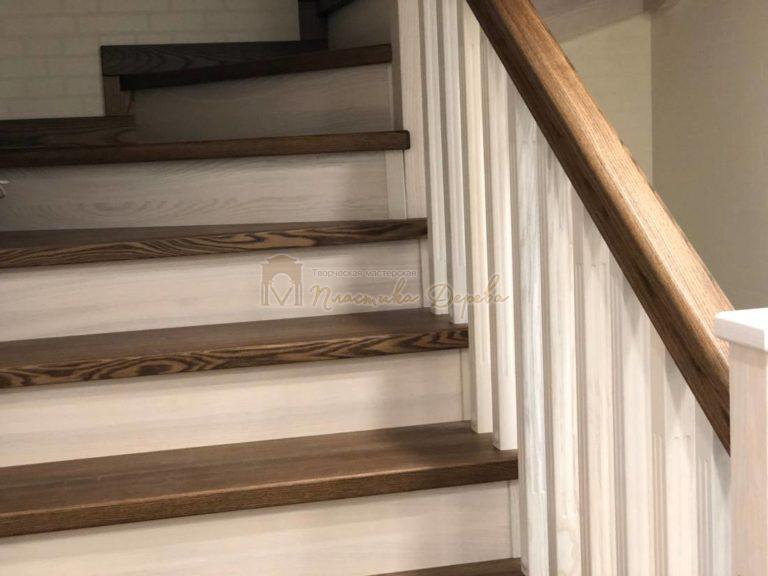 Деревянная лестница с опорным столбом (фото 6)