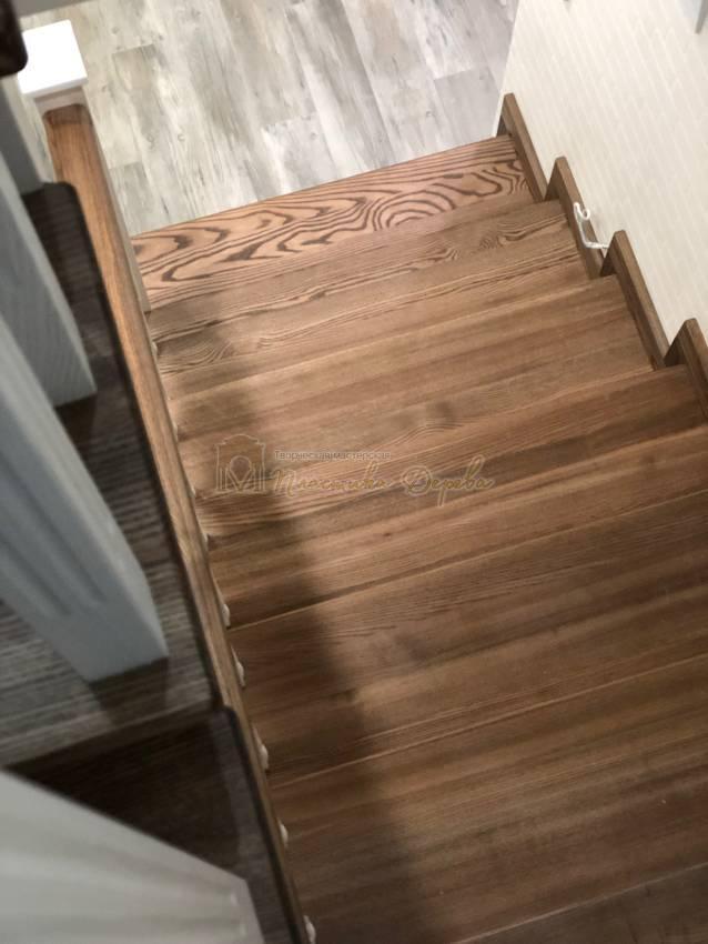 Деревянная лестница с опорным столбом (фото 8)