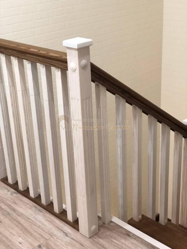 Деревянная лестница с опорным столбом (фото 9)