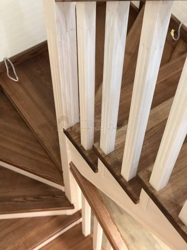 Деревянная лестница с опорным столбом (фото 10)