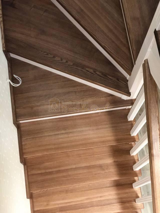 Деревянная лестница с опорным столбом (фото 11)