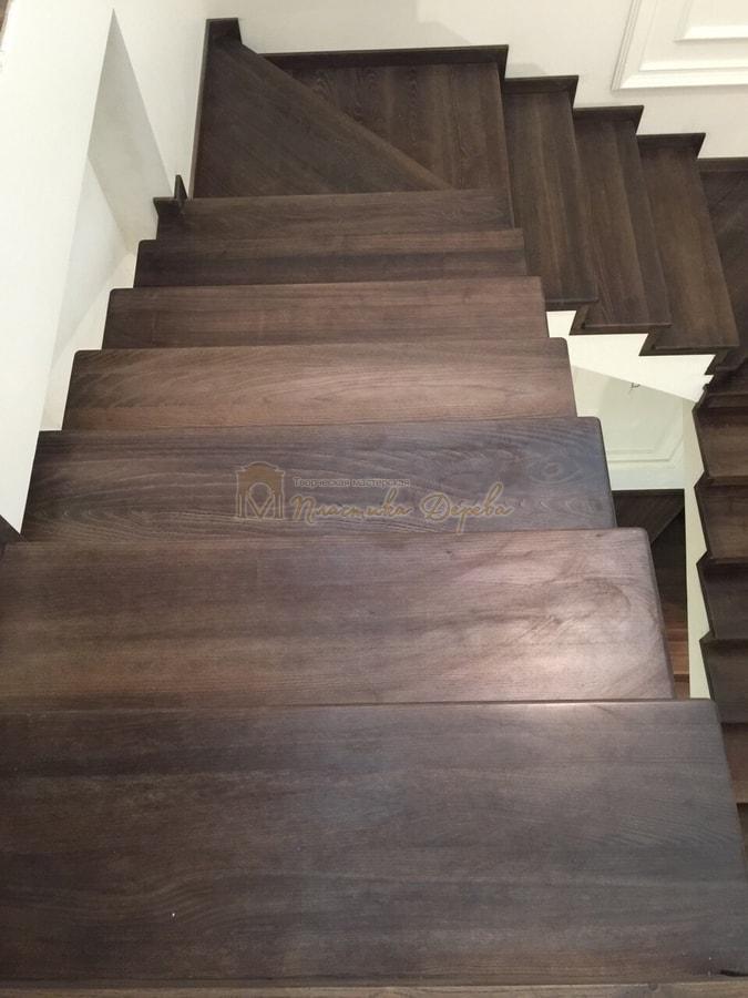 Облицовка лестницы морёным ясенем (фото 7)
