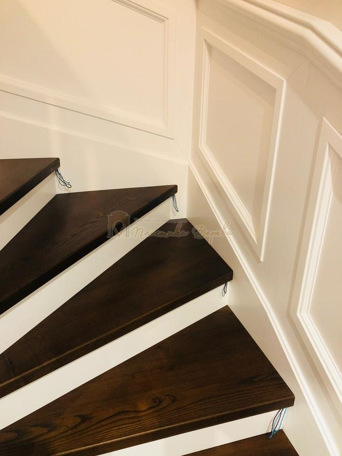 Лестница с декоративными панелями (фото 5)