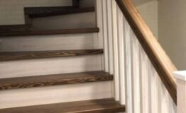 Деревянная лестница с опорным столбом (превью)