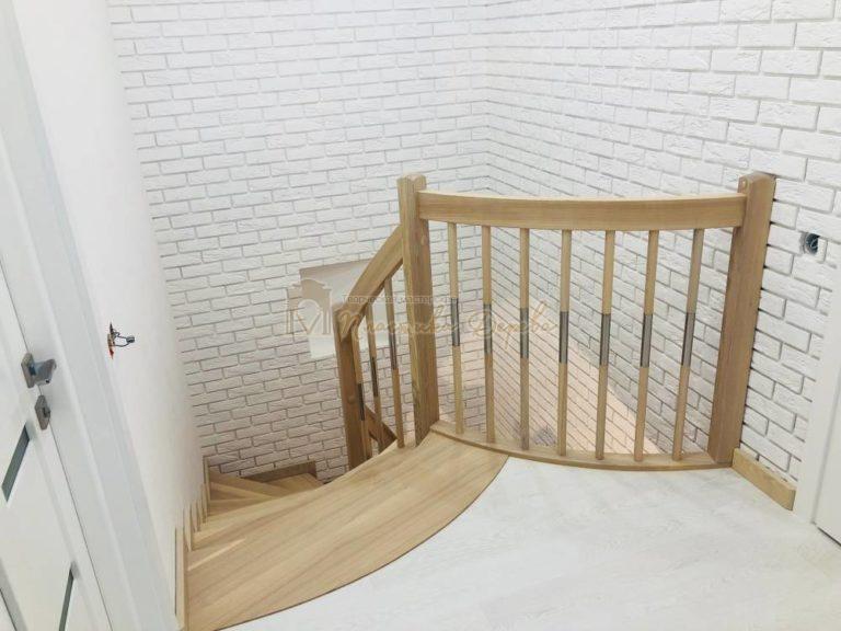 Лестница с комбинированными балясинами и гнутыми перилами (фото 1)