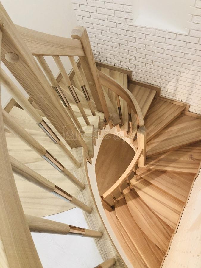 Лестница с комбинированными балясинами и гнутыми перилами (фото 5)