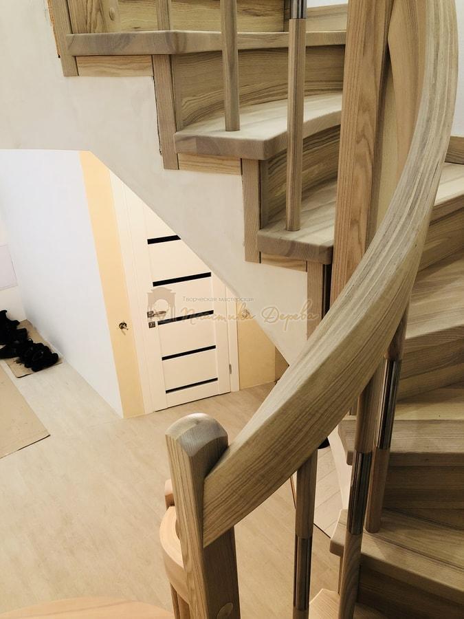 Лестница с комбинированными балясинами и гнутыми перилами (фото 6)