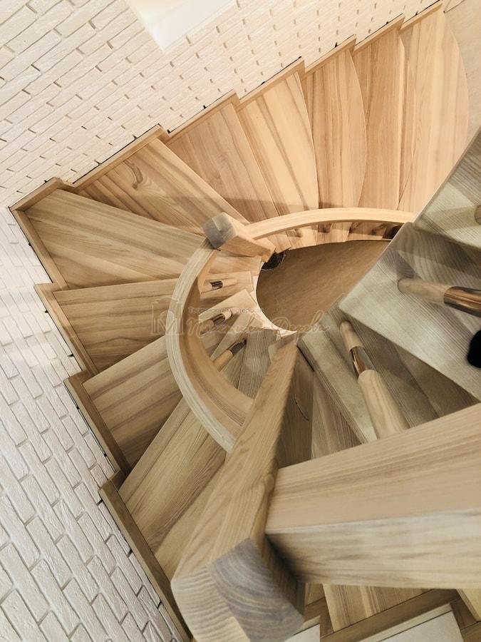 Лестница с комбинированными балясинами и гнутыми перилами (фото 7)