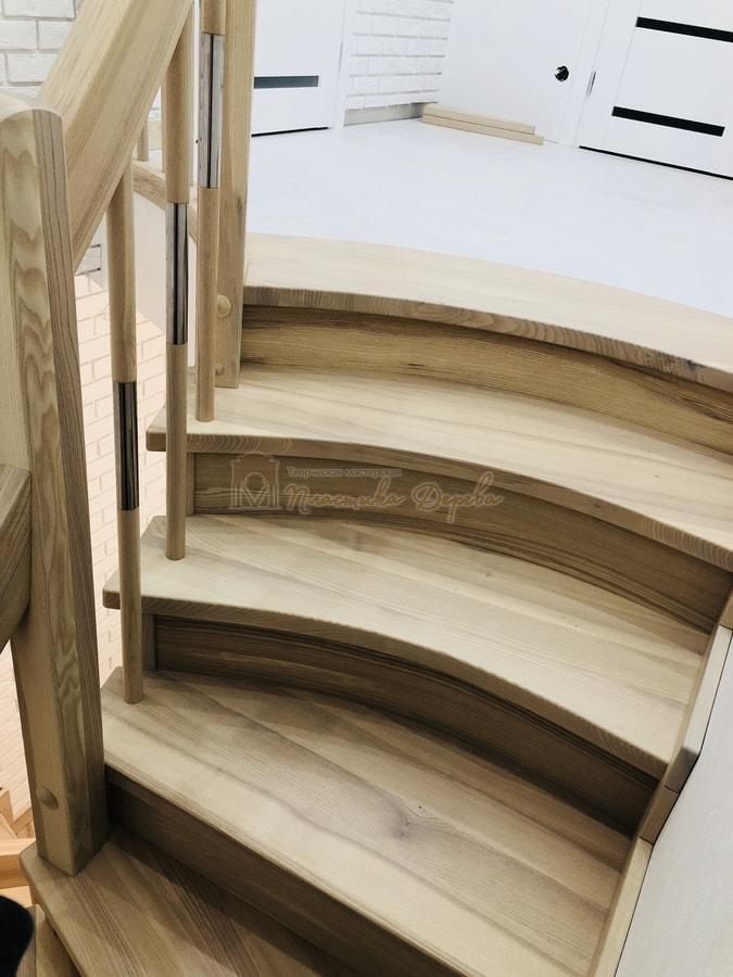 Лестница с комбинированными балясинами и гнутыми перилами (фото 8)