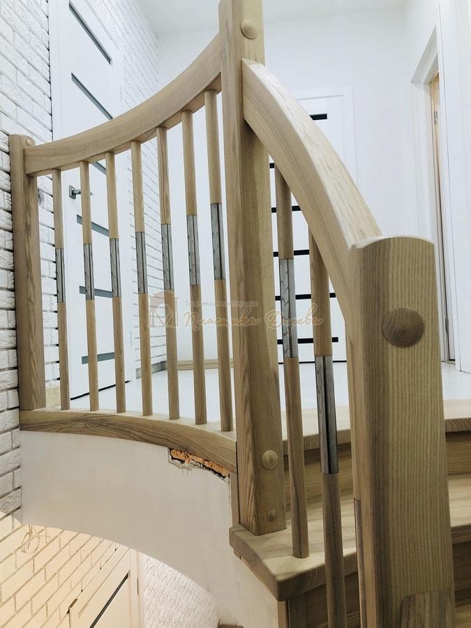 Лестница с комбинированными балясинами и гнутыми перилами (фото 9)