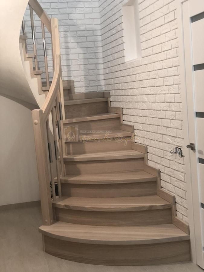 Лестница с комбинированными балясинами и гнутыми перилами (фото 2)