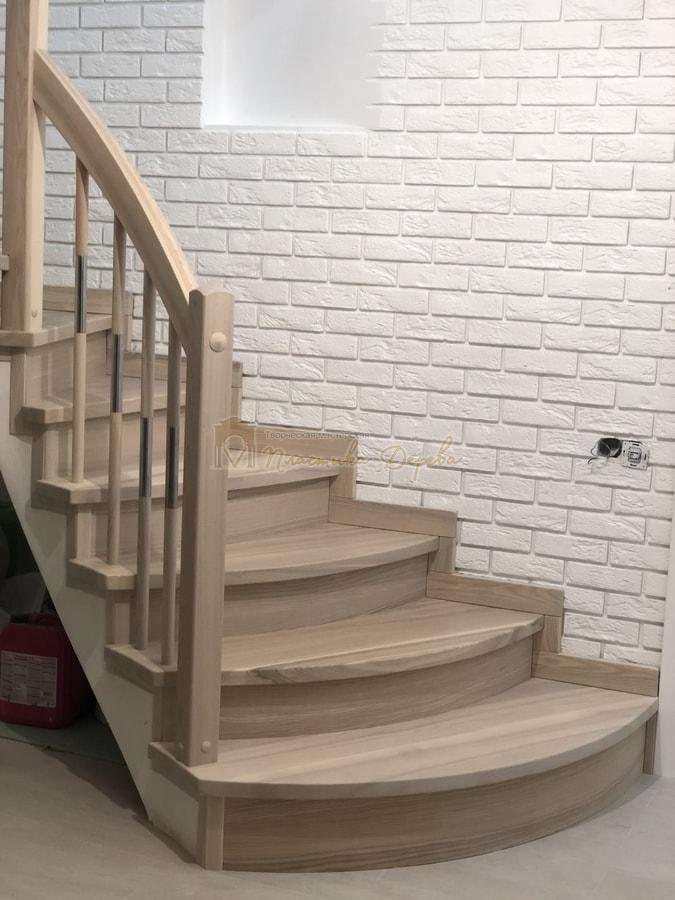 Лестница с комбинированными балясинами и гнутыми перилами (фото 3)